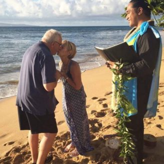 Hawaii-Luau-Company-kissinwedding
