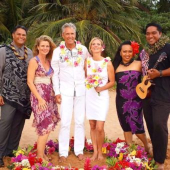 Hawaii-Luau-Company-picturetakingwedding